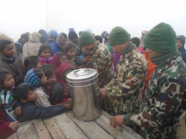 आगो बालेर र चिया पिलाएर न्यानो बाँड्दै नेपाली सेना