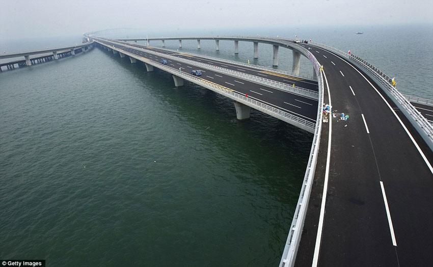 ३ देशलाई जोड्दैँ चीनले बनायो समुद्रमा विश्वकै लामो पुल