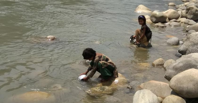 एक दशकदेखि नदीको पानी पिउँदै