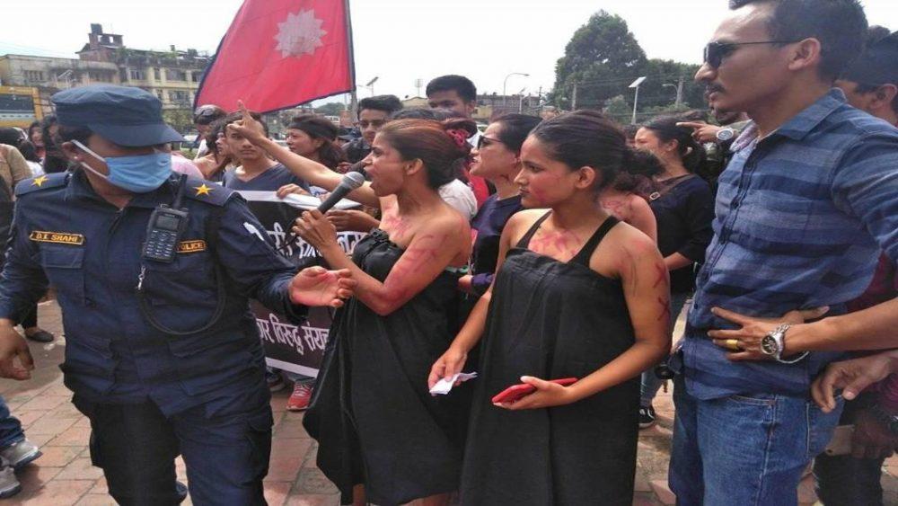 बलात्कारीलाई 'फाँसी दे' भन्दै राजधानीमा यसरी नग्न रुपमा उत्रिए युवतीहरु !