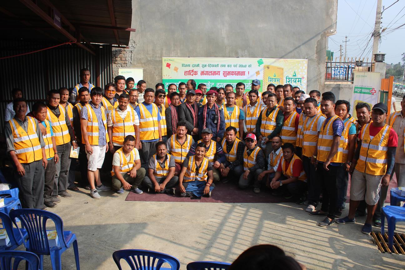 शिवम् सिमेन्टद्वारा ट्याक्सी चालकलाई ज्याकेट हस्तान्तरण