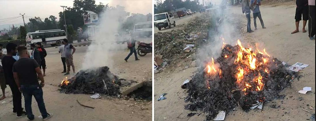 समाचारको विषयलाई लिएर धनगढीमा गाडीबाट झिकेर पत्रपत्रिका जलाइयो