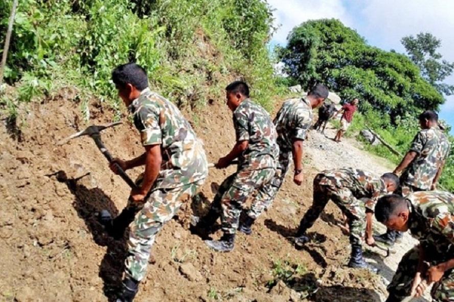 सेनाद्वारा सडक स्तरोन्नतिको काम शुरु