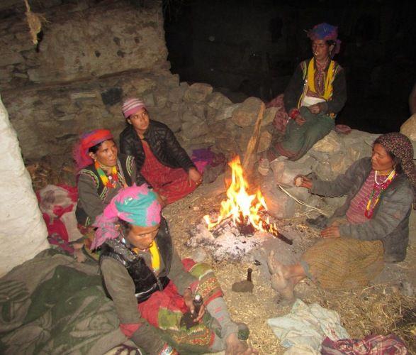 आगोकै भरमा रातभर खुला आकाशमुनि बास