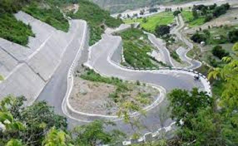 विपी र मध्यपहाडी राजमार्ग अवरुद्धः सवारी साधन बीच बाटोमै – यात्रुलाई सास्ति