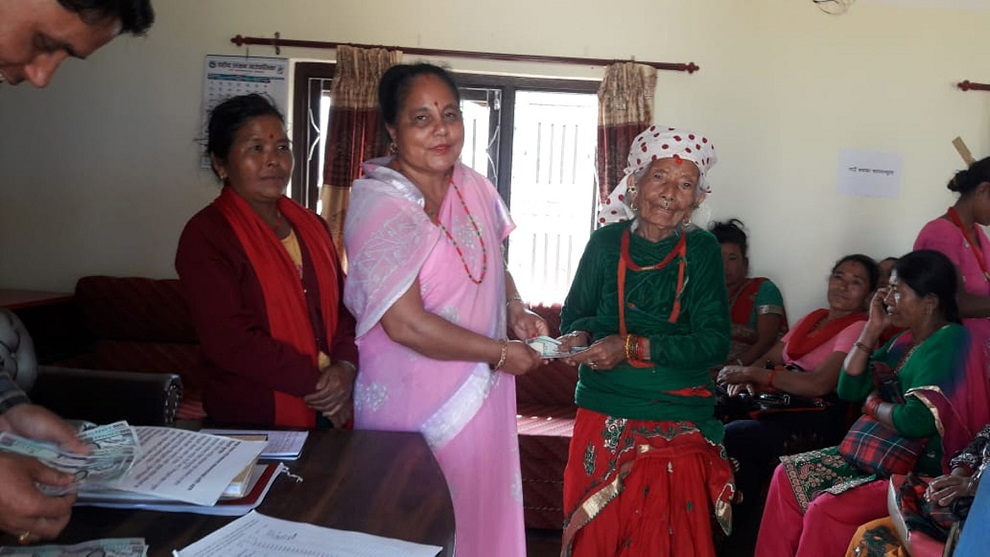 विपन्न महिलालाई आयआर्जन वृद्धिका लागि अनुदान प्रदान