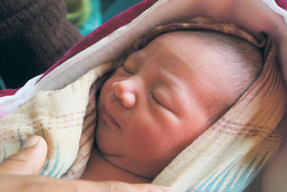 स्वस्थ बच्चा जन्माउँदै एचआइभी सङ्क्रमित आमा