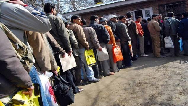 बेरोजगार फाराम भर्नेको भीड