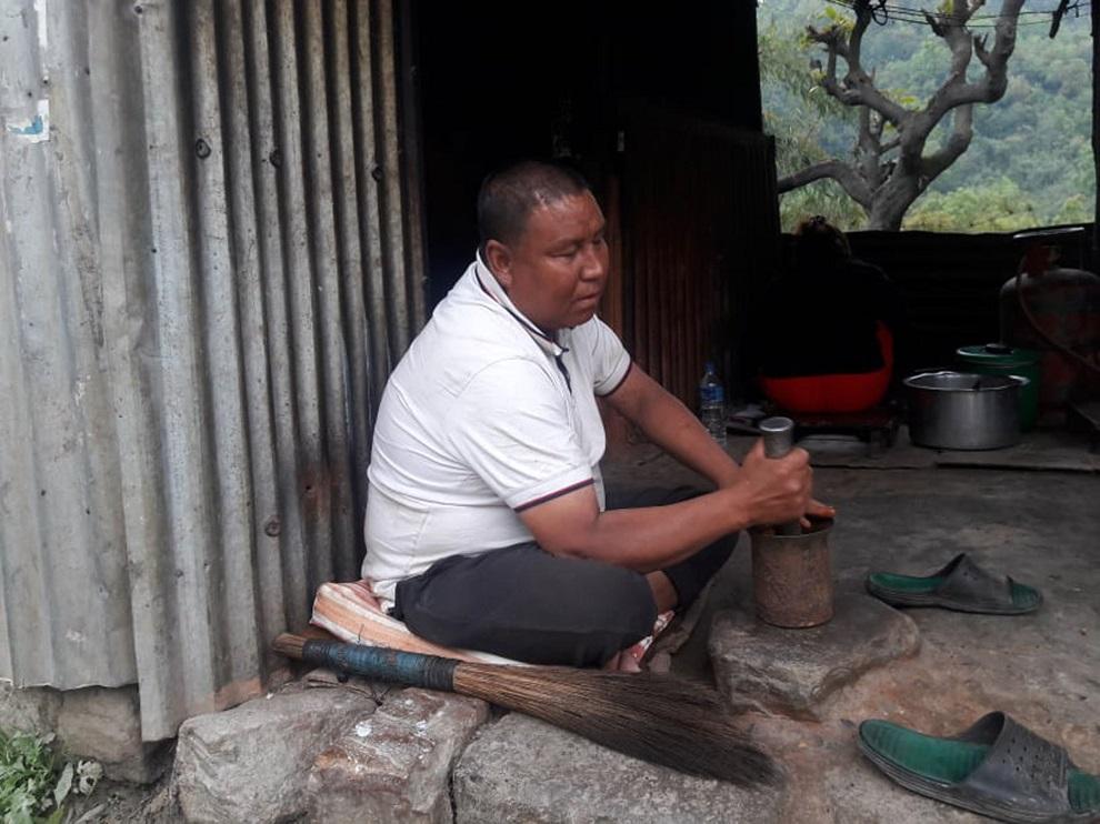 १८ वर्षदेखि दृष्टिविहीनले ओखलमा टिमुर र खुर्सानी कुटेर व्यापार गर्दै