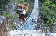 झोलुङ्गे पुल नहुँदा जोखिमसाथ डुङ्गाबाट वारपार गर्न बाध्य
