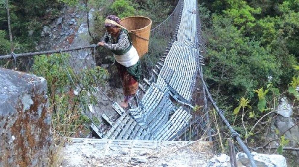 मोटरेबल पुल अलपत्र, जोखिम मोलेर जीर्ण काठेपुल तर्नुपर्ने बाध्यता