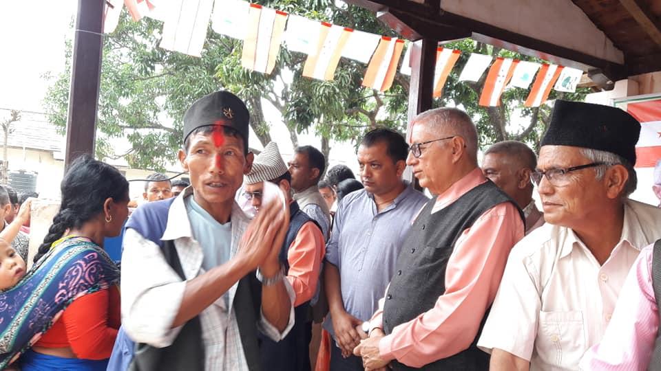 नेकपा सोत्तरः १००० कार्यकर्ता डा कोईराला र गगनको हातबाट टीका लगाउँदै काँग्रेसमा