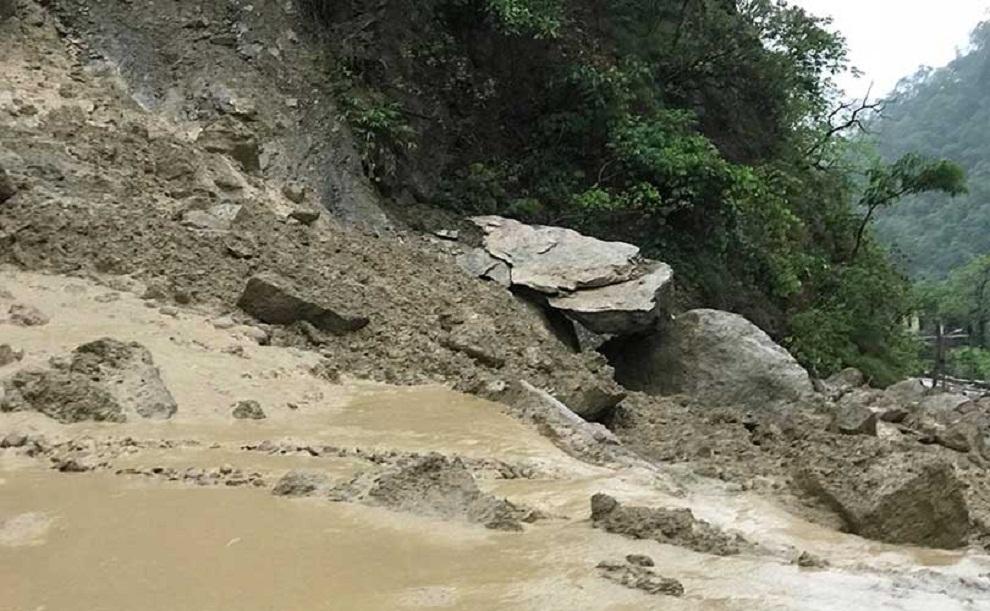 पहिराले सडक भासिँदा यातायात ठप्पः आठ परिवारले घर छाडे