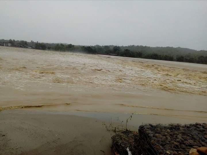 पानीको बहाव बढेपछि नदी वारपार गर्ने कुनै माध्यम छैन, पैदल हिँड्ने बाटोसमेत अवरुद्ध
