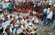 सयौँ बिघा जग्गाको क्षतिपूर्ति नपाएको भन्दै कोशी ब्यारेजमा पीडितद्वारा अनशन