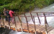 स्थानीयवासीले आफ्नै श्रमदानमा काठेपुल निर्माण