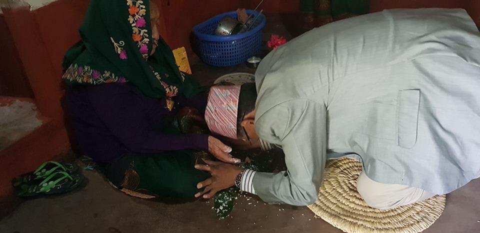 टीका लगाएपछि ९२ बर्षीया आमाका खुट्टा ढोग्दै धनराज भन्छन् 'आमा भगवान हुन्'