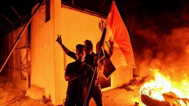 इराकमा सरकार विरोधी प्रदर्शन जारी, ईरानी वाणिज्य दूतावासमा आगजनी