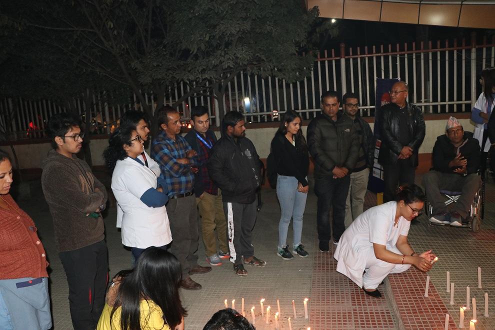 काठमाडौ मेडिकल कलेजद्वारा सडक दुर्घटना पीडितहरूलाई स्मरण गर्दै दीप प्रज्वलन