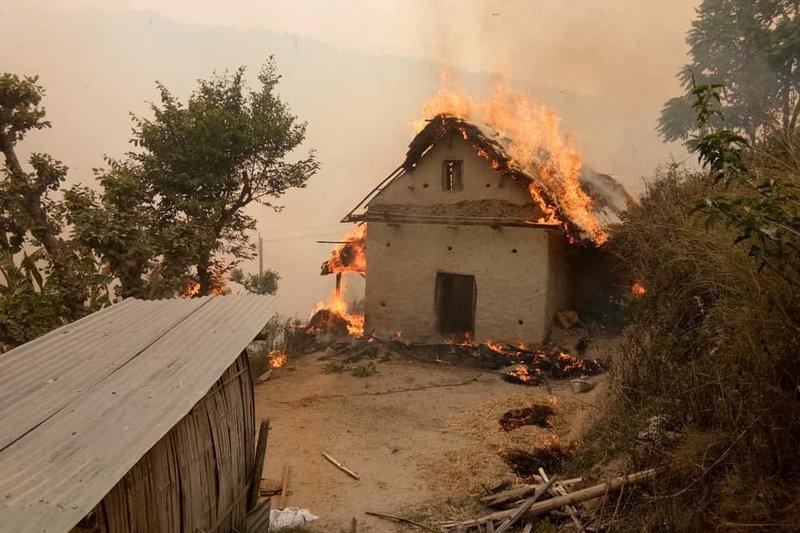 सल्यानमा दुई घर जलेर नष्ट