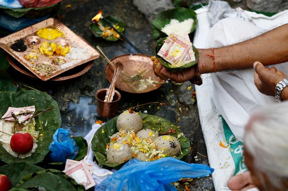 दिवंगत पितृका नाममा तर्पण, सिदादान र पिण्डदान गरी सोह्र श्राद्ध आजदेखी सुरु  | suryakhabar.com
