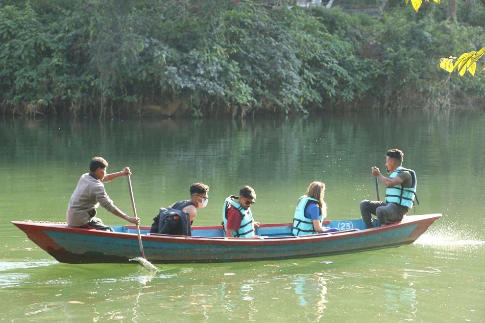 कोरोना कहरकाबीचमा पनि यसरी रमाउँदै आन्तरिक पर्यटक (तस्विरमा)