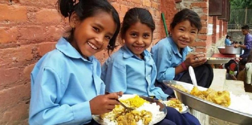 दिप्रुङ चुइचुम्माका विद्यालयमा दिवा खाजा कार्यक्रम