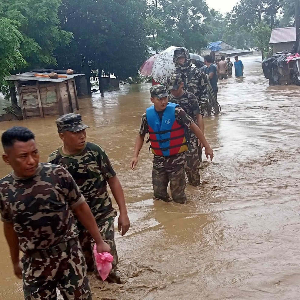बाढीले दुःख पाएका जनताको साथमा नेपाली सेना ( तस्विरहरु)